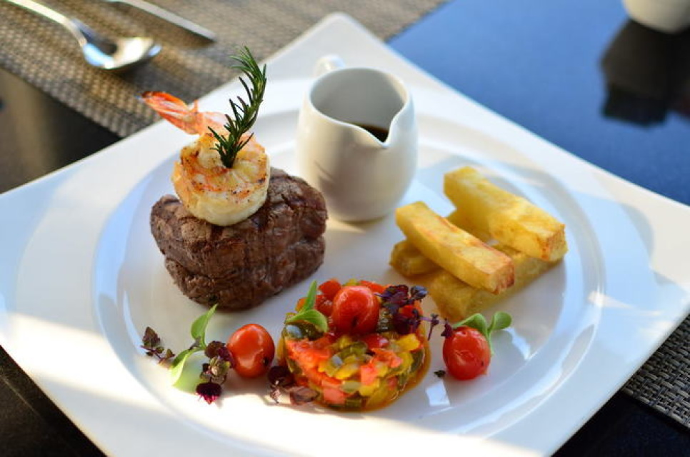 Carte Black Angus.Grilled Australian Black Angus Beef Tenderloin And Tiger Prawn